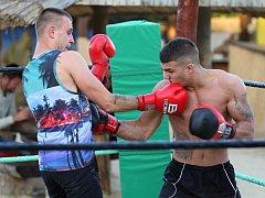 V netradičním prostředí Konopné farmy Vranč nedaleko Bítova pořádali znojemští boxeři otevřený trénink - sparingy.