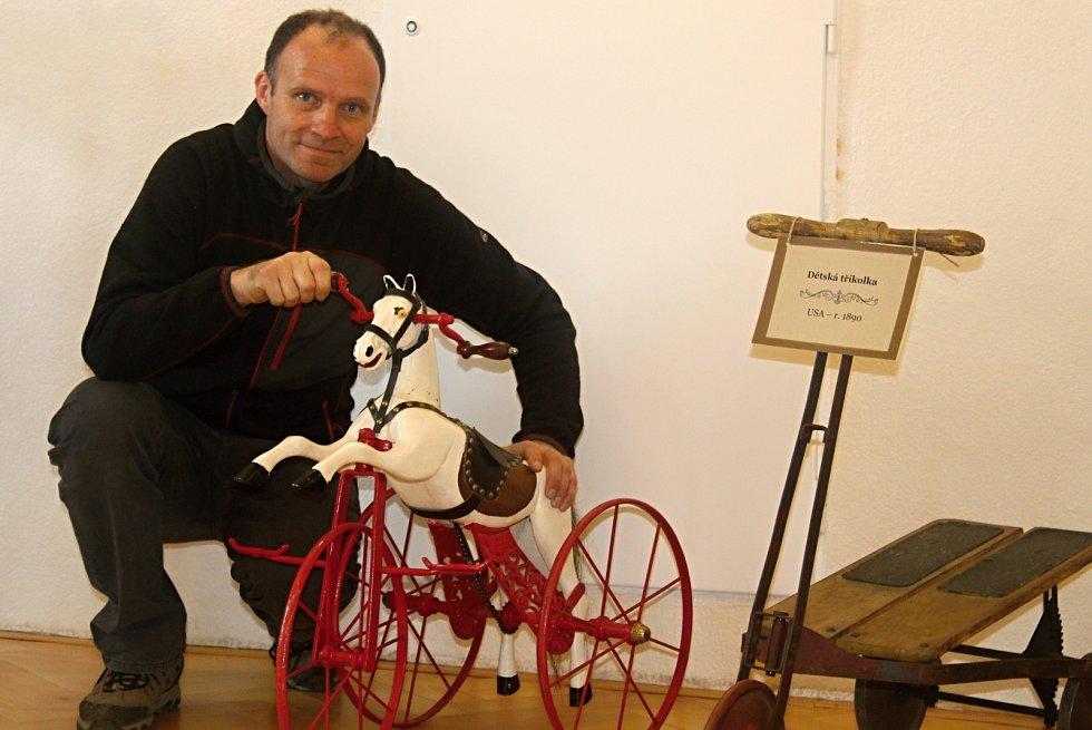 Výstavu organizuje znojemský CykloKlub Kučera. Na snímku je manažer Čestmír Vala. Exponáty zapůjčilo Muzeum kol v Boskovtejně, Muzeum motorismu ve Znojmě a sběratel Ivan Křivánek.