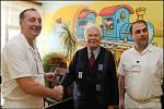 Viktor Andreas Schneider (na snímku uprostřed) při předávání finančního daru Nemocnici Znojmo v roce 2012