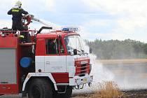 U státní silnice ze Znojma na Jihlavu hořelo o posledním červnovém pátku pole.