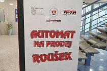 Ve znojemské pobočce Komerční banky je od 31. 3. první automat na roušky na Znojemsku.