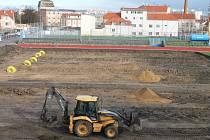 Původní zatravněná plocha fotbalového stadionu je definitivně pryč.
