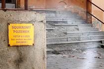 Budova bývaléjo Tip klubu v rohu Masarykova náměstí začíná ohrožovat lidi. Do ulice v Jirchářích, kde je boční vchod, padají tašky ze střechy. Stav budovy v září 2015.