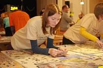 Pětapadesát tisíc kousků drobných dílků unikátní puzzle skládačky projde rukama dvaatřiceti dobrovolníků v miroslavském kulturním domě, než si řeknou o další zápis v knize rekordů.