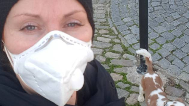 Šperkařka Iveta Hlobilová stojí za založením facebookového profilu Roušky pro všechny.