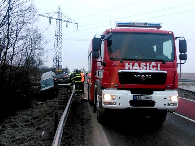 Dvě osobní auta se srazila ve čtvrtek ráno na křižovatce mezi Kravskem a Žerůtkami na silnici číslo I/38.