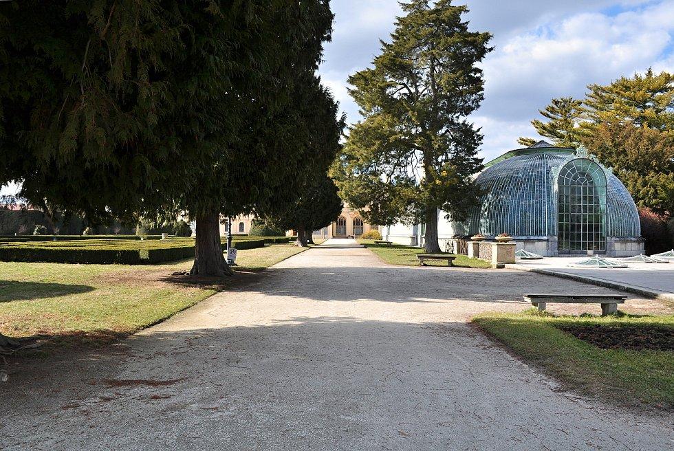 Jindy plní zámecký park v Lednici davy lidí, v sobotu po poledni zel prázdnotou. Na vycházku či za sportem se tam vydalo jen několik místních lidí.
