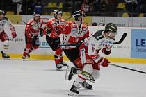 Hokejisté Znojma (červení) v neděli stáhli náskok Bolzana na 3:4 v posledních minutách. Nakonec padli stejným poměrem.