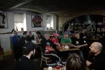 Představitelé HC Orli Znojmo debatují s fanoušky.