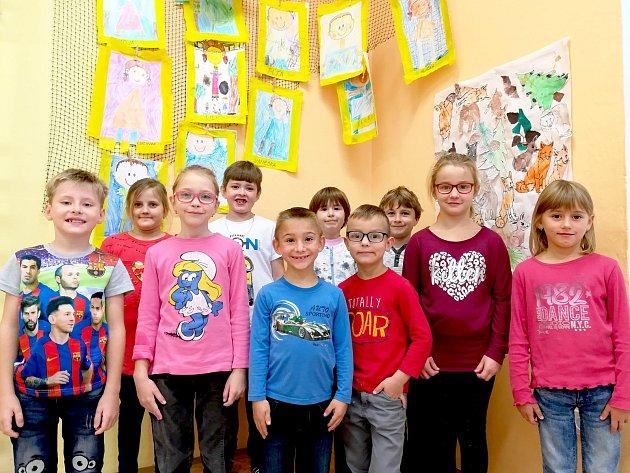 Žáci 1.třídy ze Základní školy Práče. Třídní učitelkou je Vítězslava Hrozná.