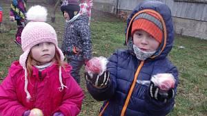Sbíraly fialky, jahody, jablka. Za sněhu a deště. Pohádkové hře přálo i počasí
