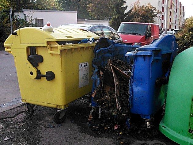 Tři nádoby na odpad shořely ve Znojmě během půlhodiny. Případu se věnují policisté.