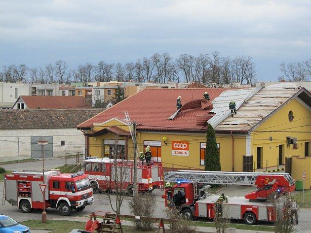 V Práčích na Znojemsku vzal vichr kus střechy tamní prodejny potravin.