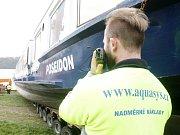 Nevšední podívanou si nenechaly ujít stovky lidí v pátek 15. dubna. Na vodu vranovské přehrady dosedla nekvětší loď na Moravě. Šedesátitunový Poseidon.