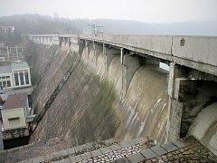 Opravy hráze vranovské přehrady.