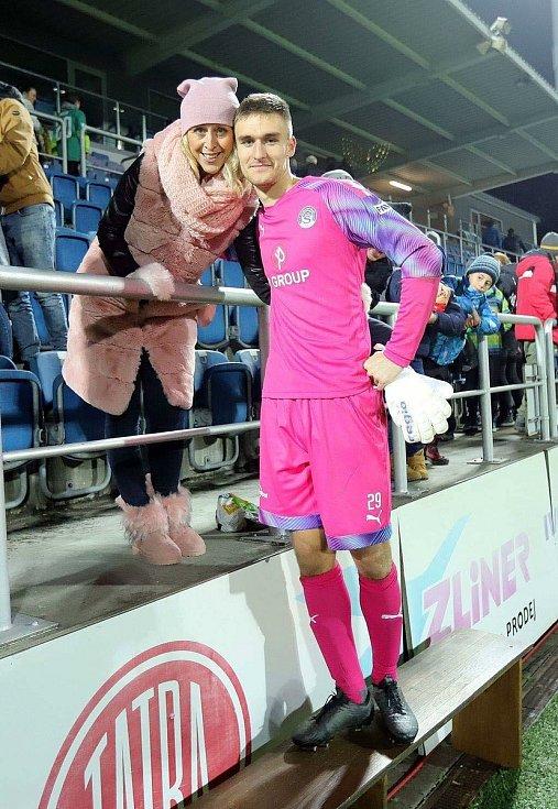 Martina Trmalová (vlevo) se svým synem Matoušem hrdě pózuje po zápase 1. SC Slováckou.