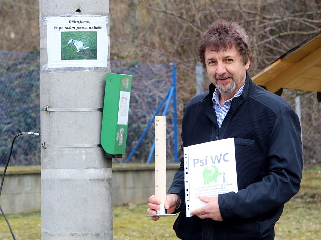 V Dobšicích u Znojma chystají psí záchody. Psi by měli čůrat na speciální dutý kolík. U jednoho z míst ukazuje starosta Jaroslav Jenšovský, jak takový psí záchod vypadá.