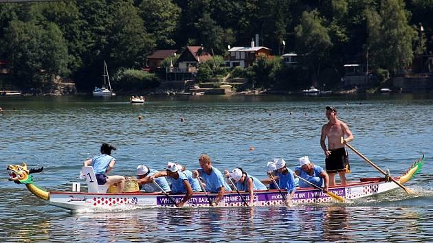 Úplně poprvé se konal na jezeře vranovské přehrady závod menších dračích desetimístných lodí.