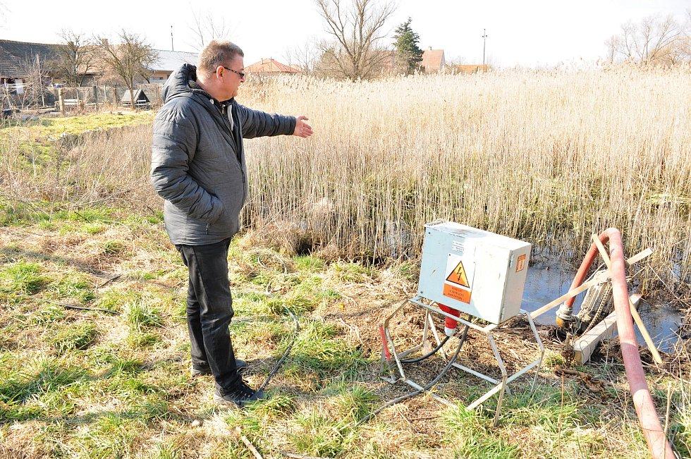 Hevlínští pečují o unikátní soustavu rybníků. Na snímku místostarosta Václav Čaj při kontrole odčerpávání vody před odbahněním rybníka