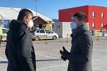 Znojemský starosta Jakub Malačka jednal v sobotu dopoledne na hraničním přechodu Hatě s ministrem zahraničí Tomášem Petříčkem