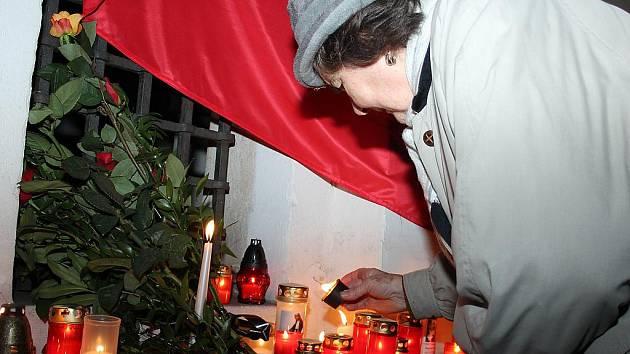 Několik desítek lidí uctilo ve čtvrtek vpodvečer ve Znojmě památku zesnulého prezidenta Václava Havla.