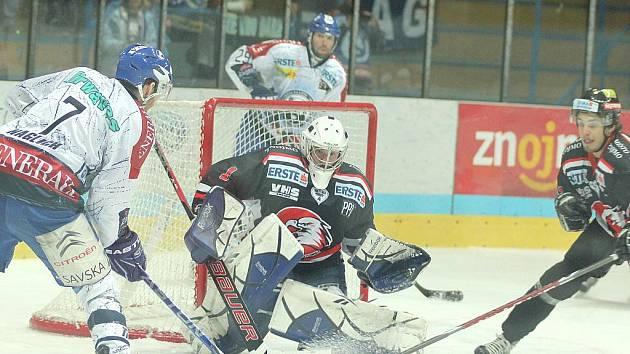 Hokejoví dravci ze Znojma v play off stále čekají na první úlovek. Po prohře 1:3 v chorvatském Záhřebu ve čtvrtfinále EBEL ligy nezvládli ani domácí duel. Medveščaku prošpikovaném kanadskými hráči podlehli 2:5.