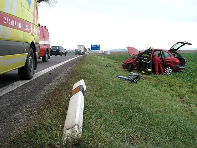 Havárie dvou aut na kasárenské křižovatce.