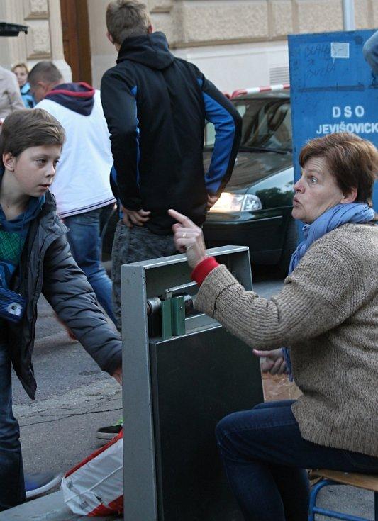 Rodiče dětí, které navštěvují znojemskou základní školu na náměstí Republiky, sbírají starý papír vždy dvakrát ročně.