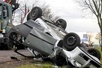 Silnici mezi Vítonicemi a Hostěradicemi zablokovala 17. listopadu dopoledne dopravní nehoda. Osobní auto skončilo v příkopu na střeše.