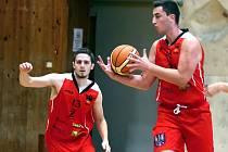 Znojemští basketbalisté (v červeném) porazili Spartak Hluk 78:43.