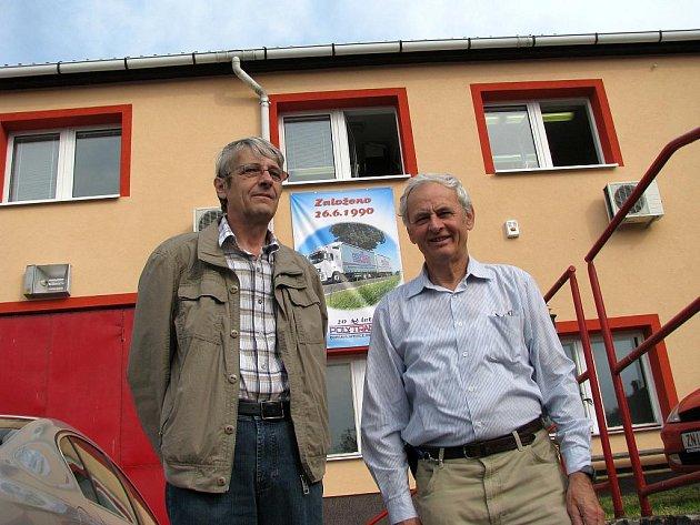 Jiří Fuchs (vlevo) a Josef Molík před sídlem firmy v Červeném dvoře v obci Suchohrdly.
