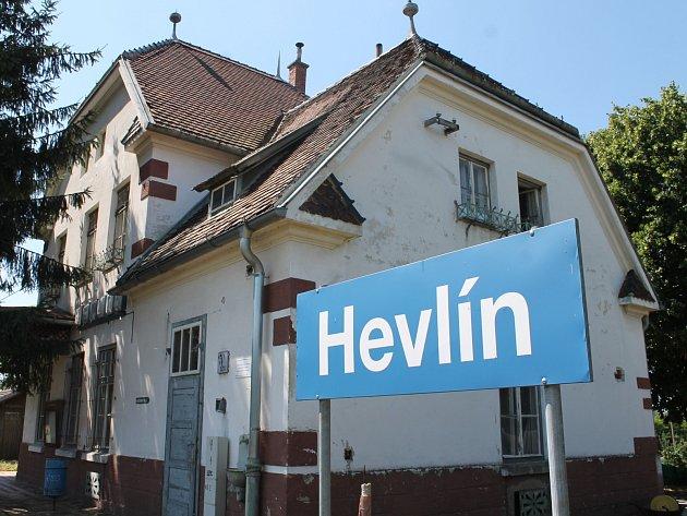 Hevlín chce z nádražní budovy muzeum. Se šlapací drezínou na trati