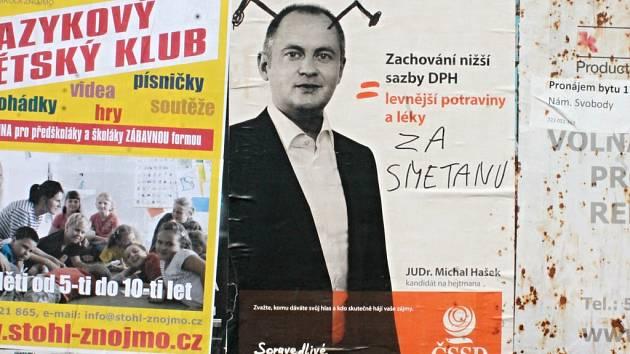 Hanlivě pomalované plakáty a billboardy s politiky ve Znojmě.