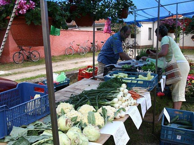 Na višňovských trzích prodejci nabízeli pekařské a uzenářské výrobky, keramiku, víno, květiny i vlastní zeleninu.