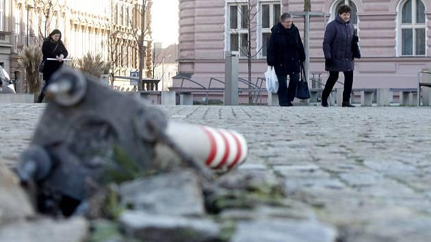 Na Komenského náměstí leží již několik dní tyče, které mají usměrňovat provoz. Patrně do nich narazilo auto.