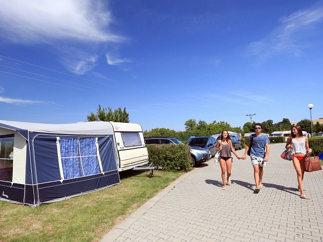 Koupaliště Pohoda v Únanově nabízí také možnost nocování v tamním kempu. Jak pod stany, tak lidem s karavany.