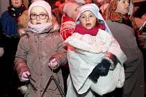 Podruhé se letos ve Chvalovicích sešly desítky dětí a dospělých, aby si společně zazpívali vánoční koledy.