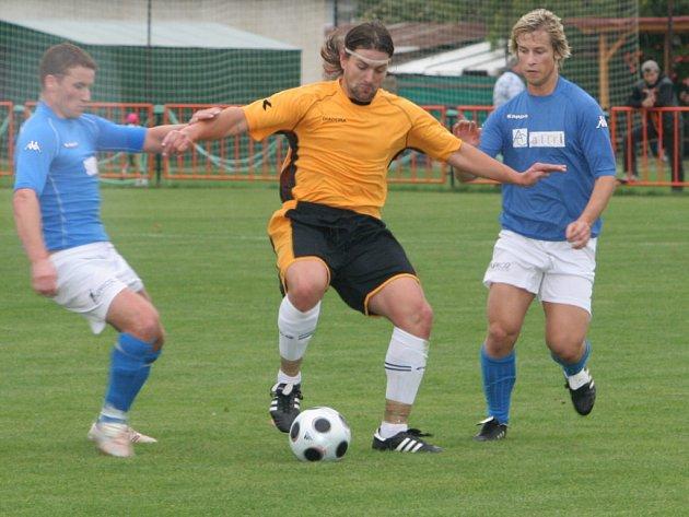 Ilustrační fotografie.  Na snímku se snaží Kubále (v oranžovém) obejít jak miroslavského Horta (vlevo), tak i Peška (vpravo).