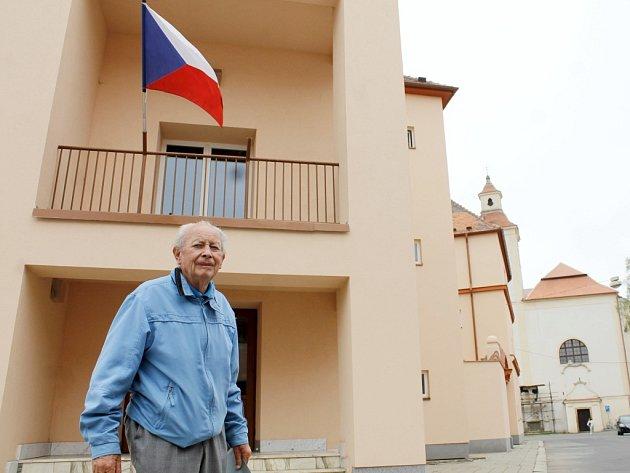 V pátek šest minut před druhou hodinou přišel k volební místnosti ve volebním okrsku číslo 1 v Krumlově pětaosmdesátiletý Jaroslav Rozmarin. Dle svých slov chodí k volbám pravidelně.
