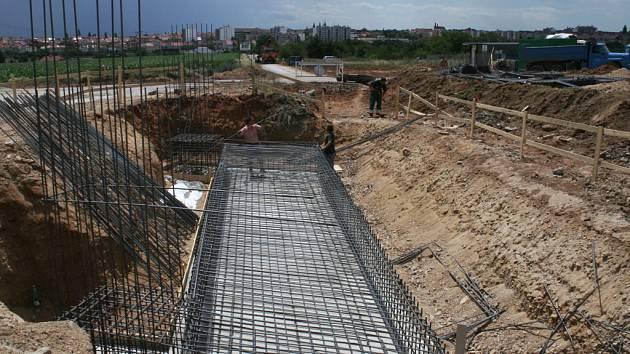 U Kuchařovic vzniká první most budoucího znojemského obchvatu