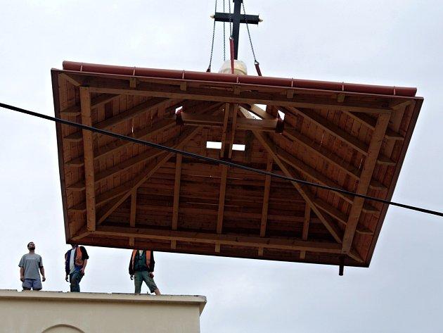 Výměnou střechy věže skončily v úterý opravy vnějšku kostela sv. Klementa Hofbauera v Tasovicích.