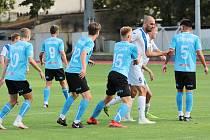 Znojemští fotbalisté (v modrém) padli počtvrté v řadě. V sobotu prohráli v na hřišti Uherského Brodu 3:2.