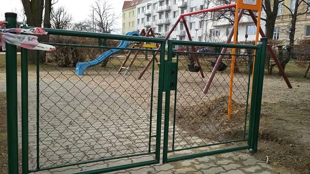 Plůtek má zajistit větší bezpečí hrajících si dětí.