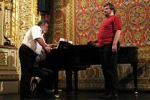 Operní pěvec Peter Dvorský vede ve znojemském divadle pěvecké kurzy.