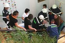 Zásahová jednotka jevišovických dobrovolných hasičů při nácviku evakuace důchodců z Domova pro seniory v Jevišovicích.
