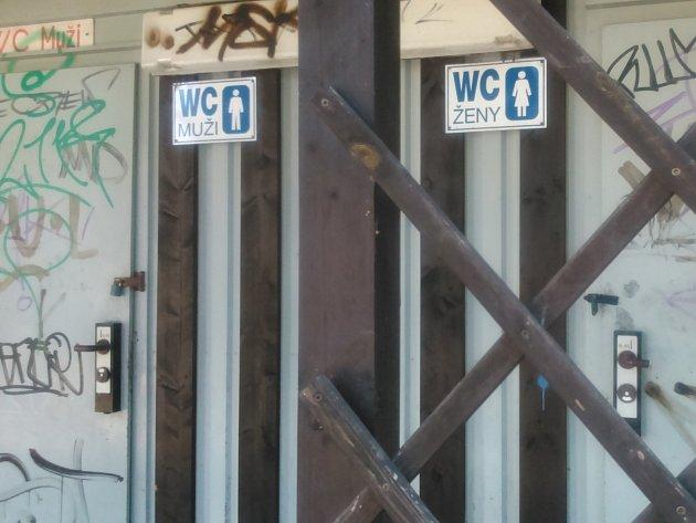 U Horního parku ve Znojmě mají lidé smůlu. Na veřejné WC se nedostanou. Bývalé záchody v parku nefungují a jen hyzdí okolí a v Městských lázních píší, že mají dovolenou.