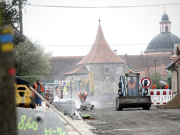 Uzavírka silnice z Gránic na Hradiště má skončit na konci května. Opravy postupují podle plánu. Dělníci připravují i prostor pro budoucí kruhový objezd v Hradišti. Nyní tam pokládají kanalizaci.
