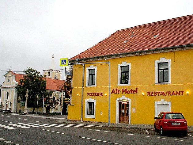 Bývalý Alt hotel ve Chvalovicích čeká rekonstrukce. Budova je nyní obce.