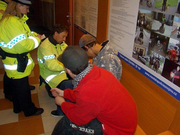 Opilé nezletilé děti přistihli znojemští strážníci během policejní akce, při které se zaměřili právě na mladistvé popíjející alkohol vbarech, hospodách a veřejných prostranstvích.