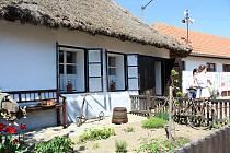 Došková chalupa v Petrovicích se proměnila ve venkovské muzeum. Otevřená je navštěvníkům ještě do konce října vždy v neděli odpoledne.
